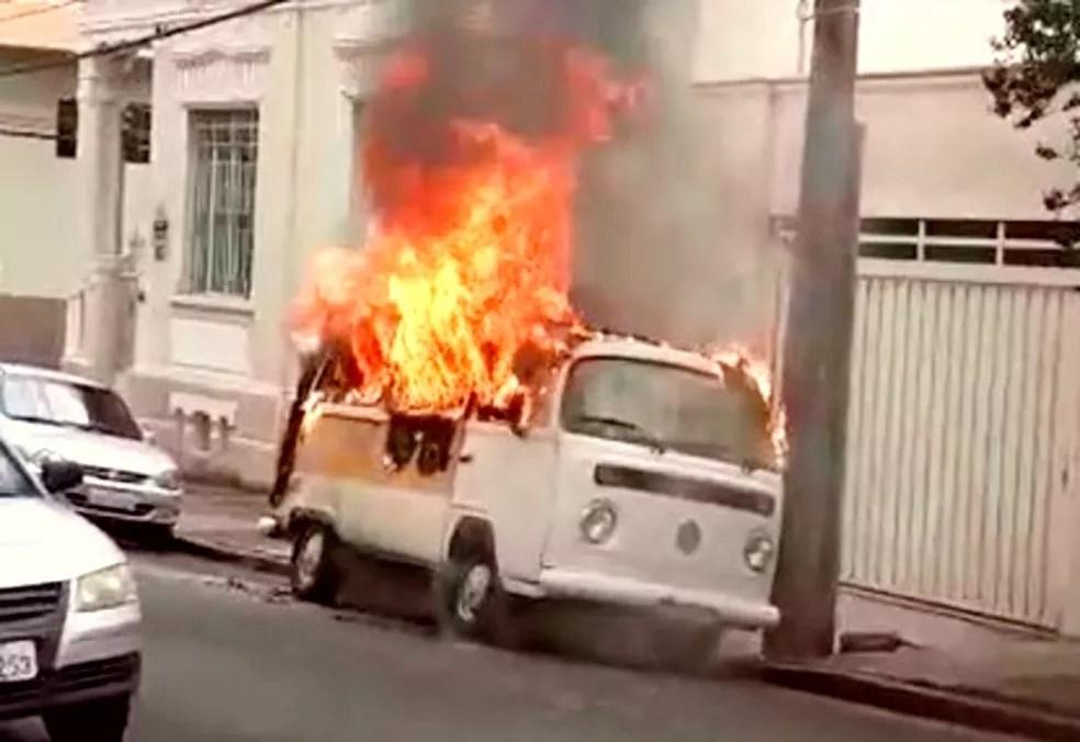 Incêndio destruiu a perua escolar no centro de Botucatu e ninguém se feriu — Foto: Arquivo pessoal