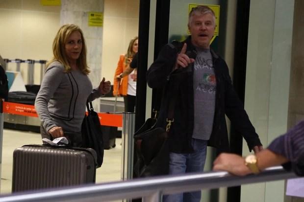 Arlete Salles e Miguel Falabella em aeroporto no Rio (Foto: Marcello Sá Barreto/ Ag. News)