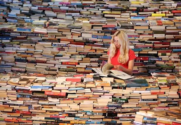 Mulher lendo livros ; leitura ; conhecimento ; educação ; cultura ; carreira ;  (Foto: Shutterstock)
