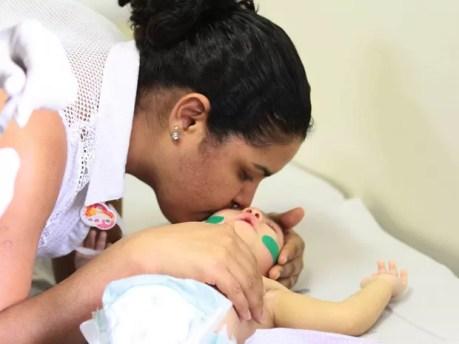 Mãe tenta minimizar o incômodo da filha ao receber as injeções de botox (Foto: Marlon Costa/Pernambuco Press)