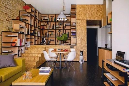 O OSB é o elemento que conecta as salas de jantar e de estar ao hall de entrada e à cozinha (Foto: Alex Bycov / Divulgação)