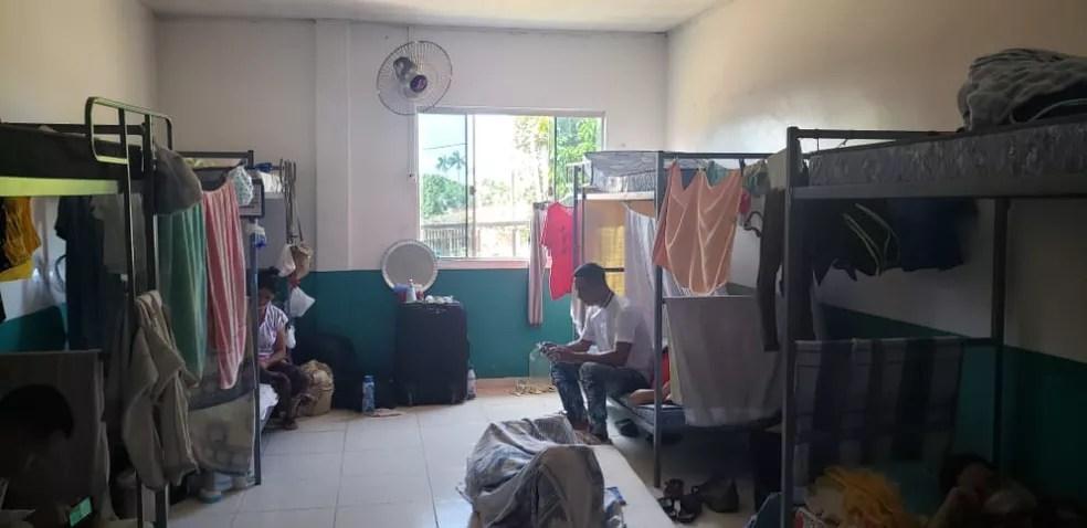 Imigrantes em abrigo de Assis Brasil, no interior do Acre — Foto: Arquivo pessoal