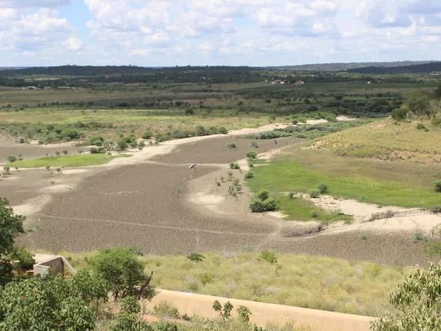 Barragem de Cajazeiras, em Pio IX, secou devido a longa estiagem (Foto: Catarina Costa/G1 PI)
