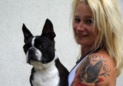 Monika Recse tatuou imagem de seu cão no braço (Foto: Laszlo Balogh/Reuters)