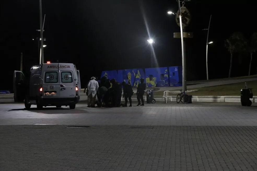 Policial militar que 'surtou' e disparou tiros para cima na região do Farol da Barra, em Salvador é baleado — Foto: Alberto Maraux / SSP-BA