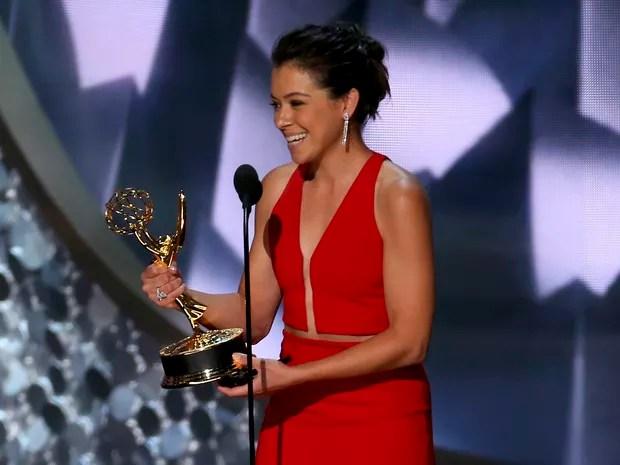 """Tatiana Maslany recebe seu primeiro Emmy como melhor atriz de série dramática por """"Orphan black"""" (Foto: Mike Blake/Reuters)"""