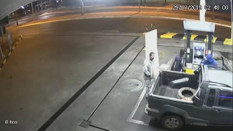 Assaltantes são flagrados por câmera de segurança em posto de combustíveis na quadra 111 da Asa Sul, em Brasília  — Foto: Divulgação/PCDF