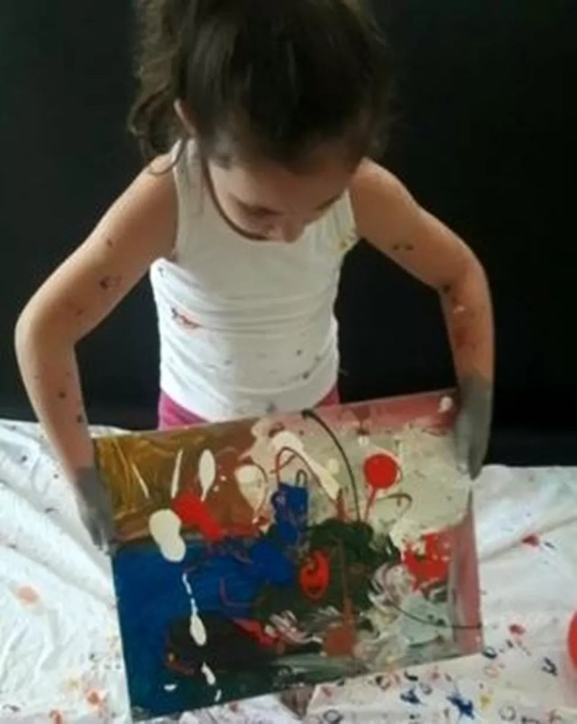 Quadros de menina de 4 anos serão expostos em Paris — Foto: Reprodução/TV TEM