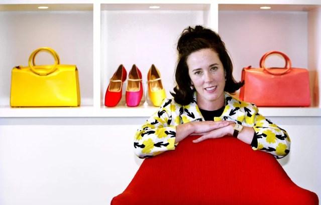 Foto tirada em 13 de maio de 2004 mostra a designer Kate Spade posando com bolsas e sapatos da sua coleção (Foto: Bebeto Matthews/AP Photo/Arquivo)