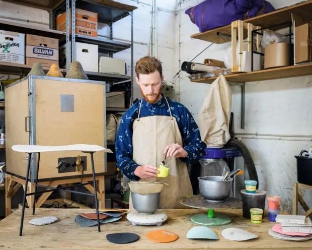 Mão na massa. Já na faculdade de design Jonas Edvard ficou fascinado por recursos naturais e soluções sustentáveis (Foto: lastair Philip Wiper / Divulgação)