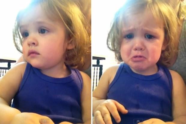 Assim que a música do casamento da mãe começa a tocar , menina fica emotiva  (Foto: Reprodução/YouTube/dianasedg1)