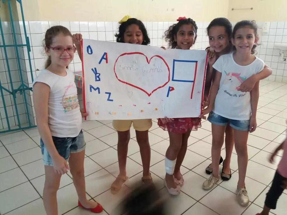 Crianças confeccionaram cartazes para realizar ação (Foto: Ingrid Taveira/Arquivo pessoal)