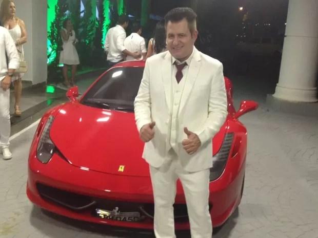Marrone chegou em Ferrari vermelha para sua festa de aniversário de 50 anos (Foto: Sílvio Túlio/G1)