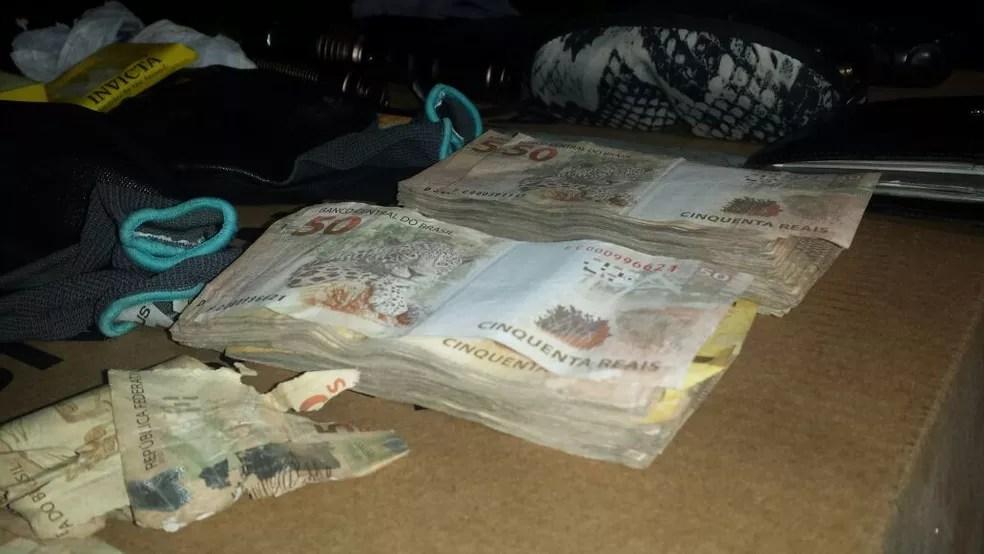 Polícia apreende cerca de R$ 19 mil que teriam sido roubados durante explosão a caixa eletrônico (Foto: Evandro Mendes/TV Anhanguera)