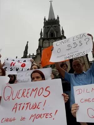 Manifestantes cobraram soluções na porta da Catedral de Petrópolis (Foto: Tasso Marcelo/Estadão Conteúdo)