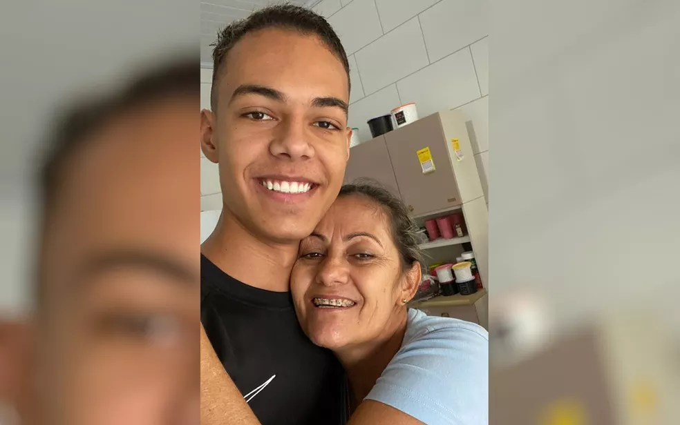 Mãe diz que vai se esconder em ônibus para se mudar junto com o filho aprovado em medicina para São Paulo — Foto: Arquivo pessoal/Leila Camila da Silva