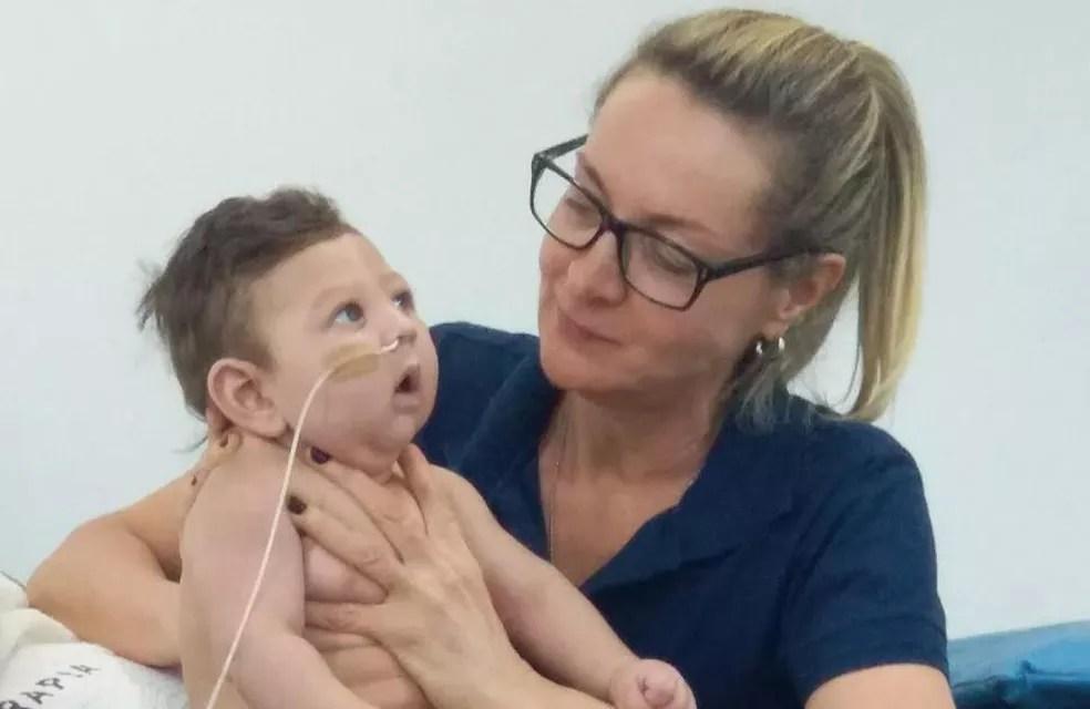 Octavio durante atendimento de fisioterapia respiratória com Maurice, em Foz do Iguaçu — Foto: Arquivo pessoal