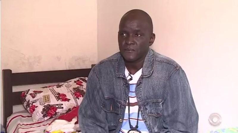Moussa era professor de idiomas no Senegal, no Brasil enfrenta preconceito e não consegue trabalho (Foto: Reprodução RBS TV)