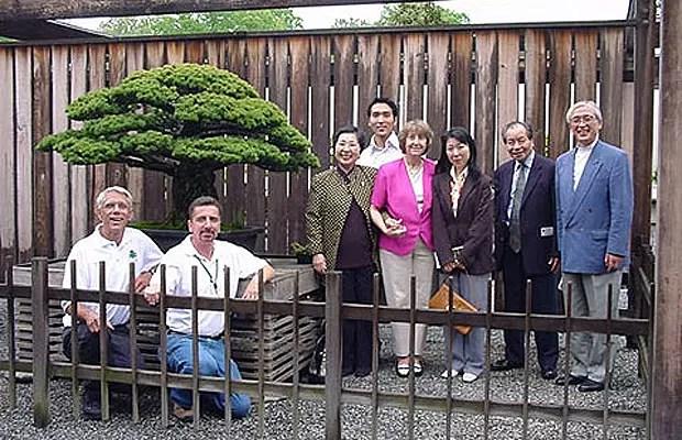 A nova geração da família Yamaki visita o bonsai histórico (Foto: Reprodução/National Bonsai Foundation)