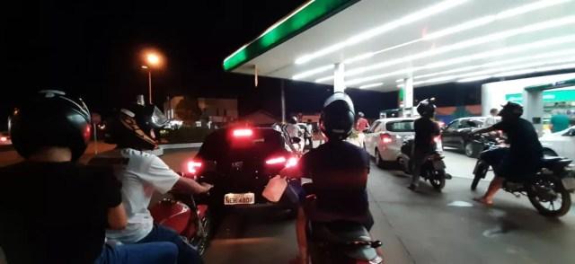 Fila em posto de combustível de Ji-Paraná na noite de quarta-feira (8) — Foto: Gedeon Miranda/Rede Amazônica