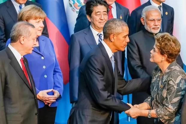 O presidente norte-americano Barack Obama cumprimenta a colega brasileira durante a realização da foto oficial do encontro de cúpula do G20 (Foto: Roberto Stuckert Filho/PR)