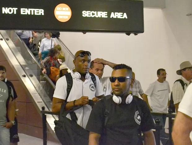 Anderson Silva no desembarque (Foto: Adriano Albuquerque / Sportv.com)