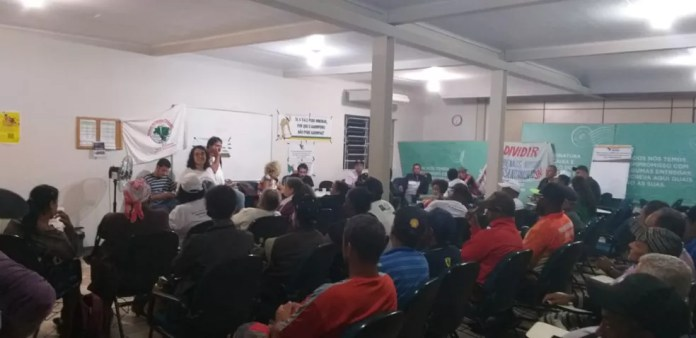 Atingidos por rompimento de barragem da Samarco passam a noite em escritório da Renova, em Mariana. — Foto: Divulgação/Comissão de Atingidos pela Samarco/Vale/BHP