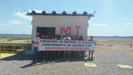 Credores da empresa Mendes Junior fecham comporta da barragem de Tucutu (Foto: Kléber Barros / Arquivo Pessoal )