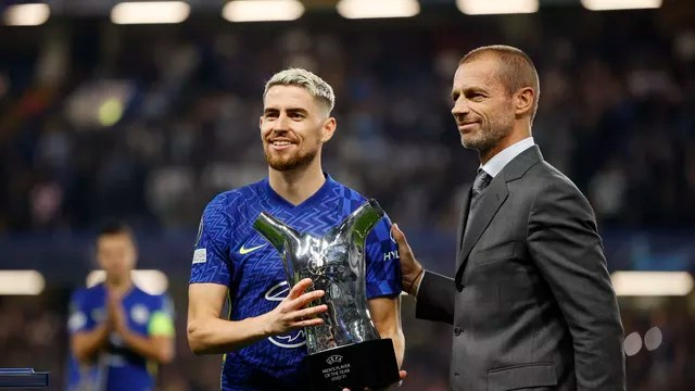 Jorginho recebe troféu de melhor jogador da Uefa em 2020/21