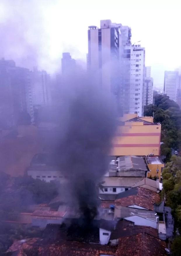 Fumaça escura de espalha no local (Foto: Amanda Campos/ Arquivo Pessoal)