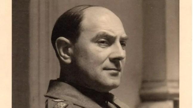 Acredita-se que o britânico Sidney Noakes, que estava com os documentos, tenha interrogado Himmler antes da morte do alemão — Foto: Museu de Inteligência Militar/BBC