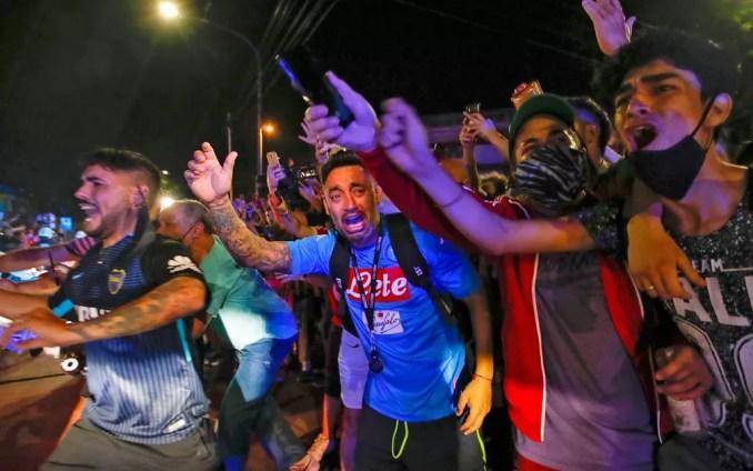 Argentinos choram a morte de Diego Maradona em Buenos Aires — Foto: Natacha Pisarenko/AP