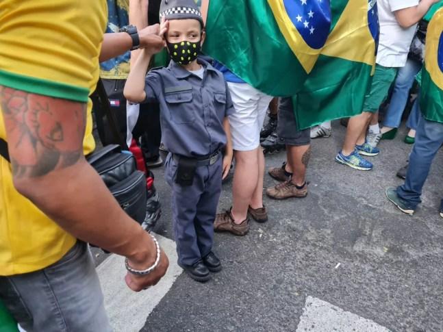 Criança com farda da Polícia Militar em ato de apoio a Bolsonaro — Foto: G1