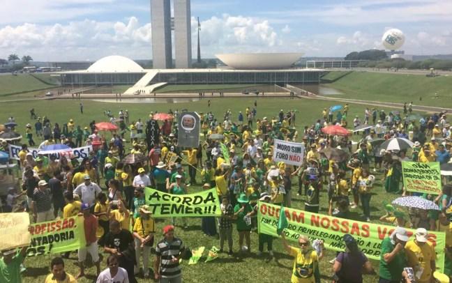 Manifestantes ocupam gramado da Esplanada, em Brasília (Foto: Letícia Carvalho/G1)