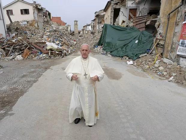 Papa Francisco fez nesta terça-feira (4) visita surpresa a Amatrice, cidade italiana que foi devastada por terremoto em agosto (Foto: Osservatore Romano/ Reuters)