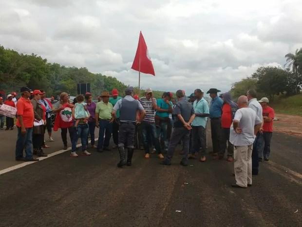 Polícia negocia com manifestantes a liberação de uma das pistas (Foto: Arquivo Pessoal)