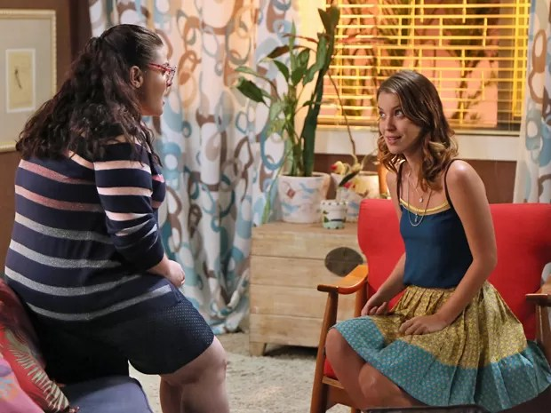 Bia não acredita na possibilidade pensada por Laura (Foto: Isabella Pinheiro / Gshow)