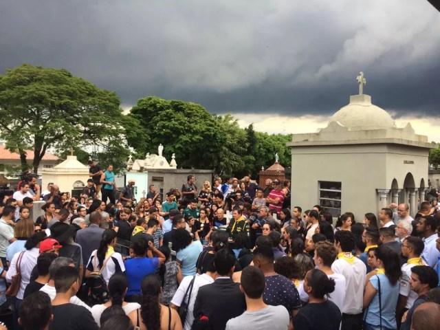 Corpo de vítima do massacre é enterrado sob aplausos — Foto: Bárbara Vieira Muniz/G1