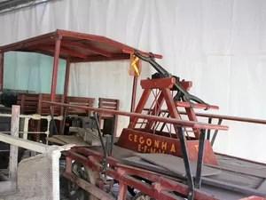 Peças do museu alocadas embaixo de uma tenda do artesanato da Feira do Sol (Foto: Gaia Quiquiô/G1)
