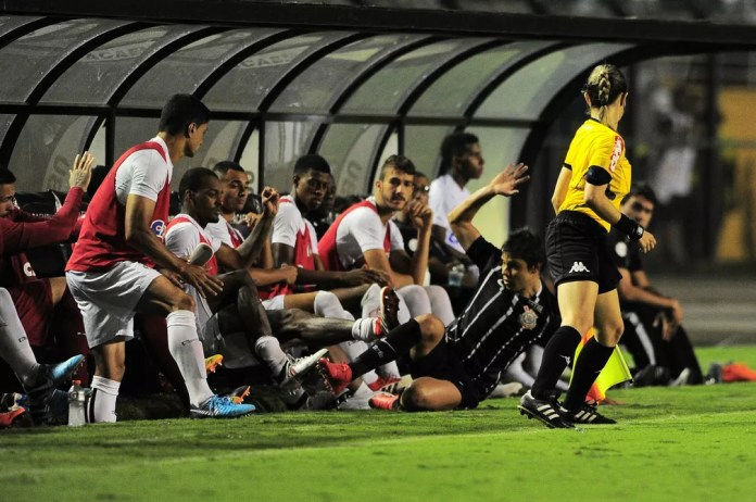 Romero desliza para cima do banco e recebe um pisão de Luiz Felipe  (Foto: Marcos Ribolli)
