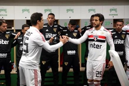 Hudson passa a braçadeira de capitão para Hernanes — Foto: Rubens Chiri / saopaulofc.net