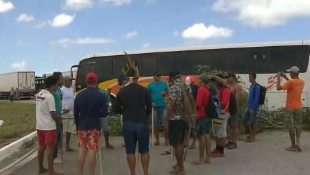 Grupo de indígenas realizou protesto na BR-101, na Paraíba, nesta quinta-feira (31) — Foto: TV Cabo Branco/Reprodução