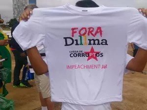 Camiseta vendida por R$ 10 em frente à Biblioteca Nacional, em Brasília, antes do início da manifestação  (Foto: Mateus Rodrigues/G1)
