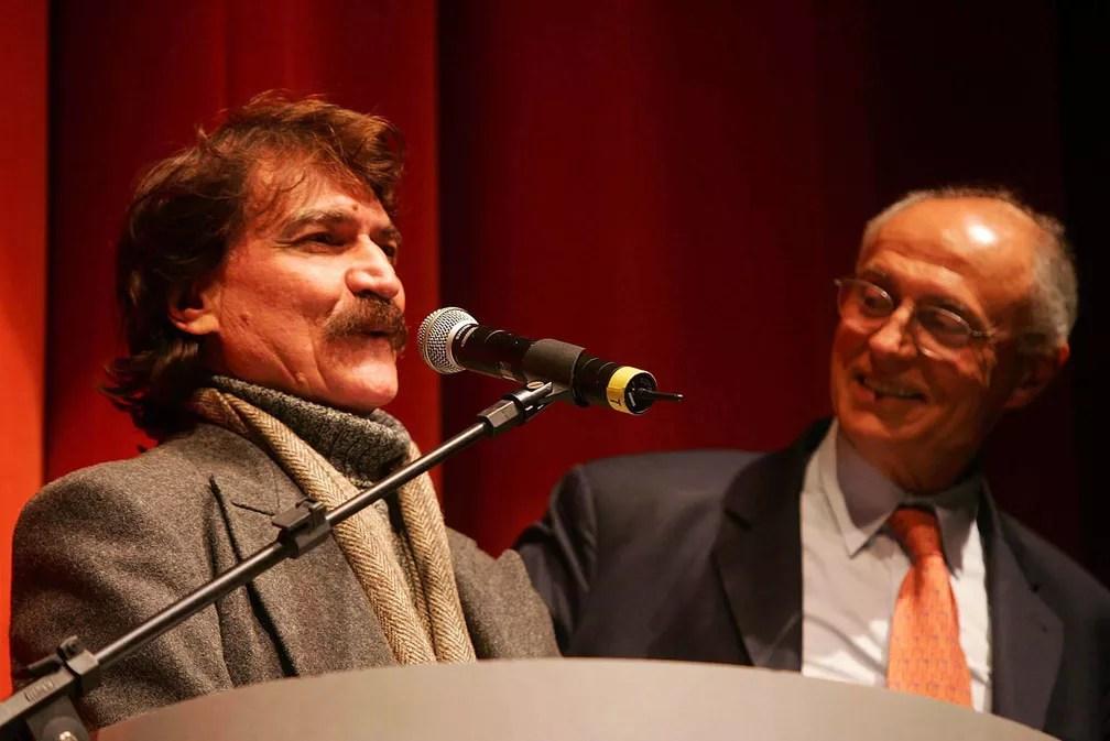 Cantor e compositor Belchior ao lado do senador Eduardo Suplicy durante jantar em São Paulo em 2006 (Foto: Alex Silva/Estadão Conteúdo)
