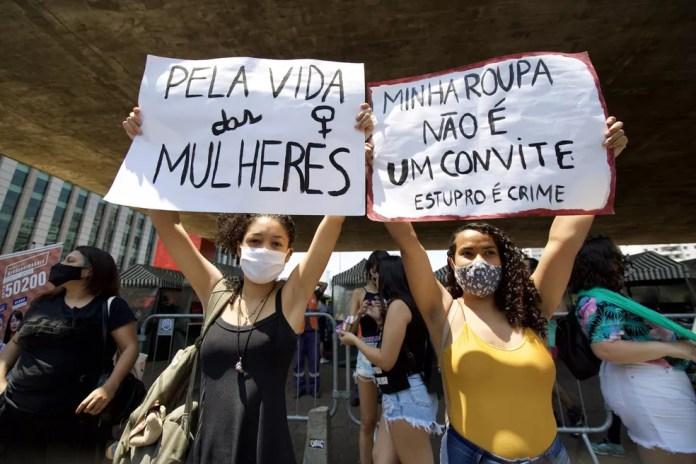 Manifestantes se reuniram no vão do Masp em ato pedindo justiça por Mari Ferrer neste domingo (8). — Foto: Carol Caminha/Agência Estado