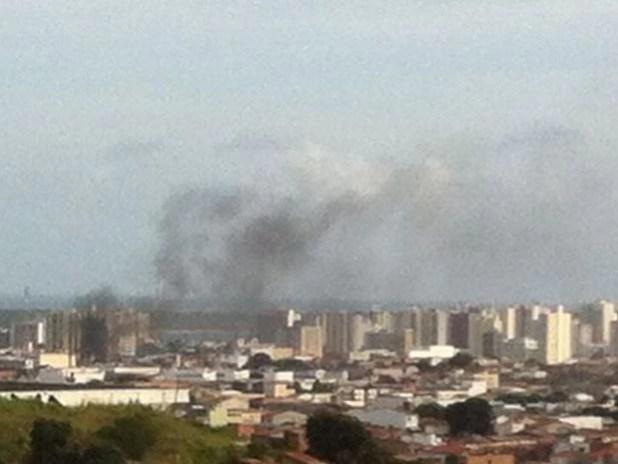 Manifestantes queimam pneus no Centro de Aracaju (Foto: Joelma Gonçalves/ G1)