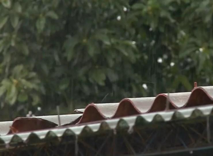 Passo Fundo teve chuva congelada nesta segunda-feira (17) (Foto: Reprodução/RBS TV)
