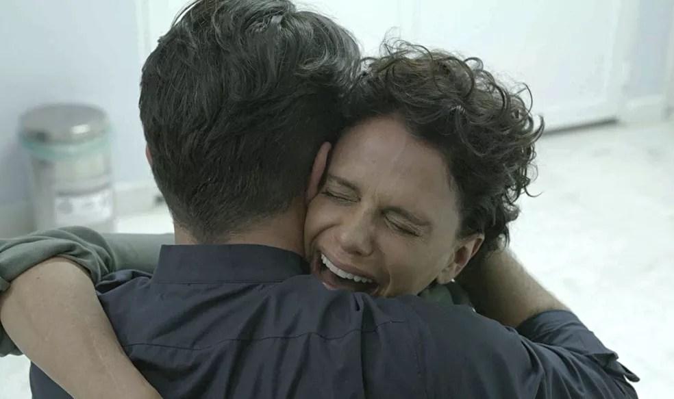 Lídia (Malu Galli) chora e grita ao saber que seu filho está entre a vida e a morte em 'Amor de Mãe' — Foto: Globo
