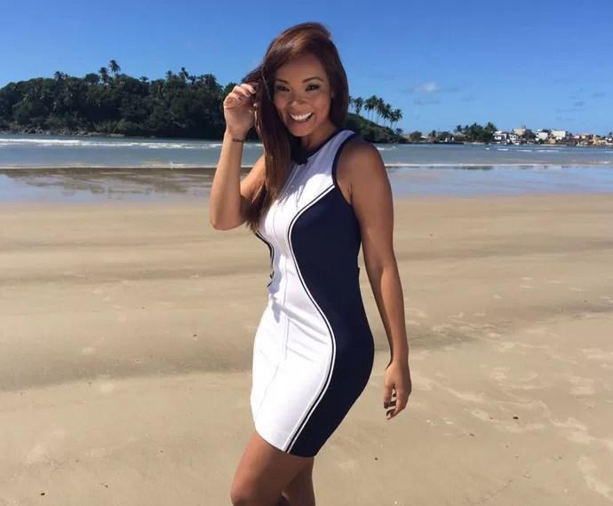 Carol Nakamura exibe curvas em litoral baiano   (Foto: Arquivo Pessoal)