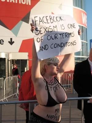 """Integrante do Femen protesta em Barcelona contra os termos de condições da rede social Facebook. """"Facebook: Sexismo está em nossas condições e termos de uso"""" (Foto: Bruno Ferrari/ÉPOCA)"""